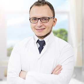 دكتور  مؤمن مكاوي  طبيب أسنان عام  الجامعة